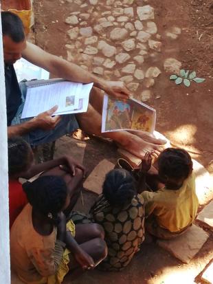 Jurgen verteld verhalen aan de kinderen