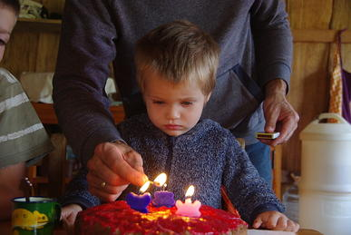 Siemen met drie verjaardagskaarsjes