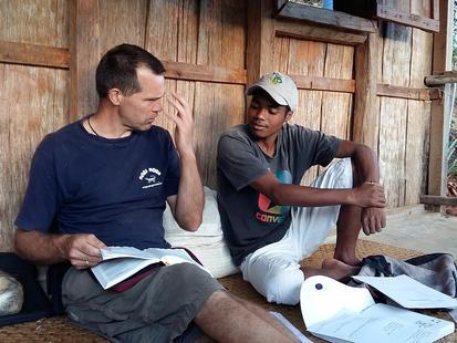 Jurgen en Menja bespreken het doop verhaal